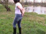 Amateurvideo Pee in Jeans und Handschellen am Ufer eines Teiches von bondageangel