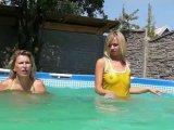 Amateurvideo Mit Christina in gelbem Latex im Pool , Bikini und Badeanzug von sexyalina