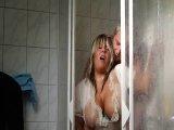 Amateurvideo Beim Putzjob mit Klamotten in der Dusche mit dem Chef geland von KimVanDyke
