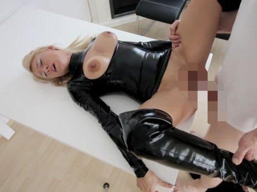 Amateurvideo Als Latex-Fickpuppe benutzt! XXXL Spermamassaker! von Daynia