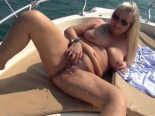 Eine Seefahrt die ist LustigGewagterPublic Piss auf einem Boot