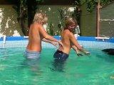 Amateurvideo Mit Christina in Daunenmäntel und Jeans im Pool von sexyalina