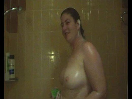 Ich dusche und der Kameramann wird dabei geil