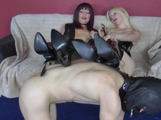 Zwei StiefelLadys und ein Sklave