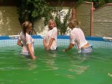 Amateurvideo Zu dritt in Jeans und T-Shirts im Pool from sexyalina