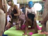 Amateurvideo 2 Bi-Girls bei spritziger Fick-Orgie mit 6 Jungs - Teil 1 vo von PrivatePornGirl