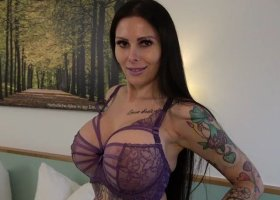 XANIA_WET - Vollbusiges Girl macht es sich im Hotelzimmer Sexy Dessous