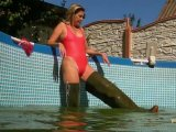 Amateurvideo Pool sauber machen in Latex und mit Waders from sexyalina